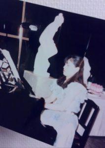 ピアノ演奏中の私。