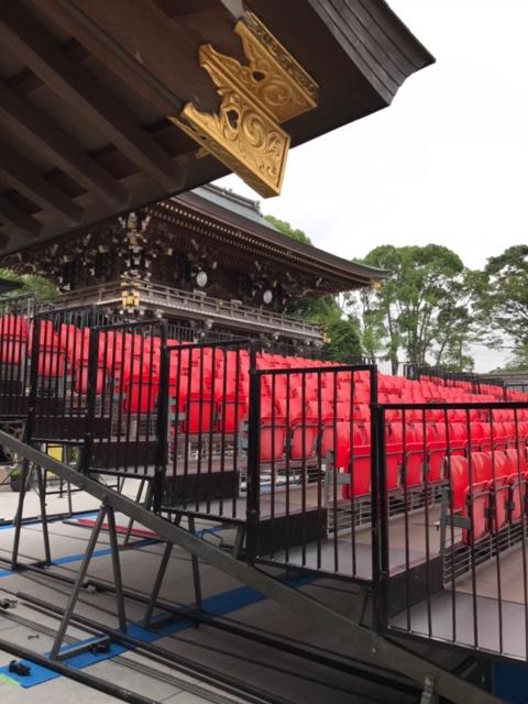 寒川神社の終戦記念日前日の特設ステージ設置中