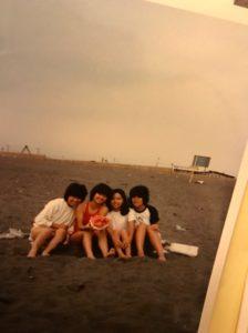 冷夏の湘南海岸で友人と(1980年代)