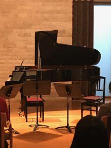 にとまいこさんの登場をまつスタンウエイのピアノ