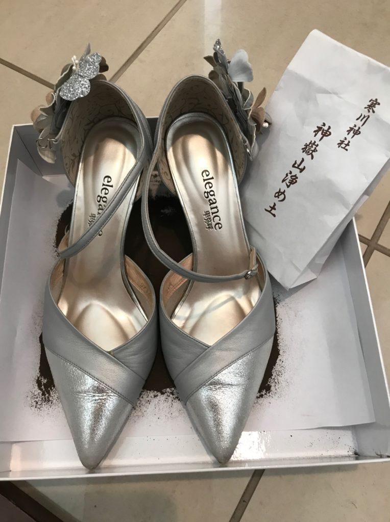 寒川神社の神砂で靴をお清めする