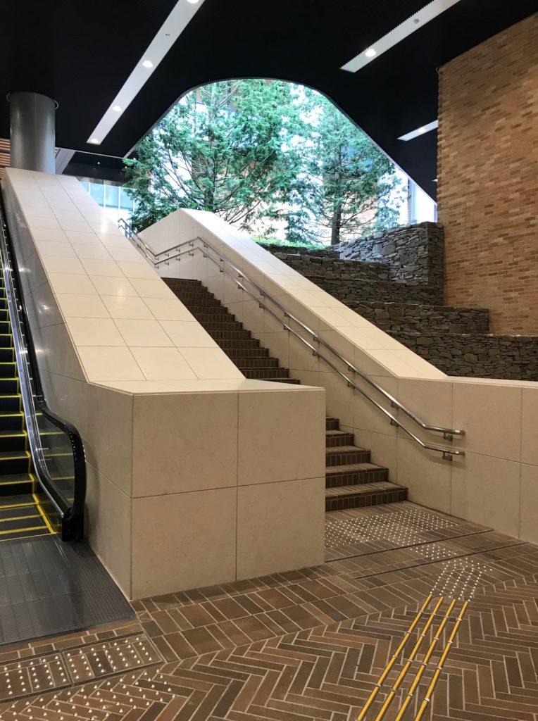 赤坂インターシティAIR地下から地上階へのエスカレーター