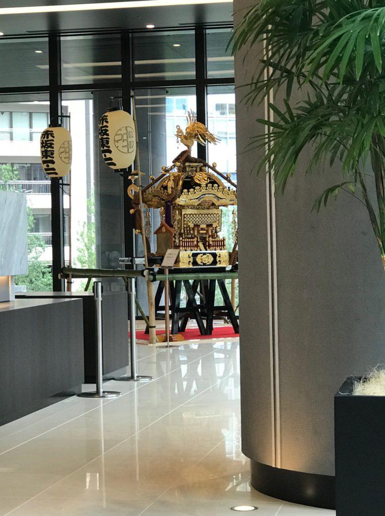 赤坂インターシティAIRオフィスエントランスのお神輿
