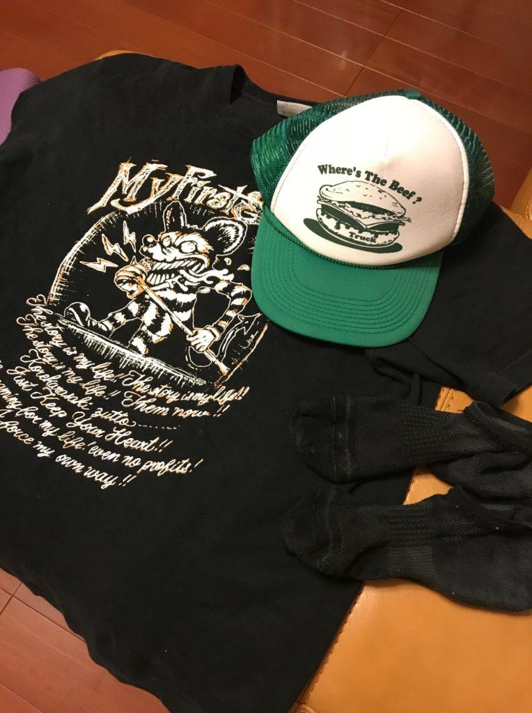 息子がランニング後の帽子、Tシャツ、スニーカー