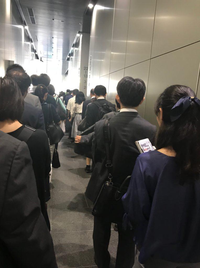 今朝の我が会社ビルのエレベータ待ちの列
