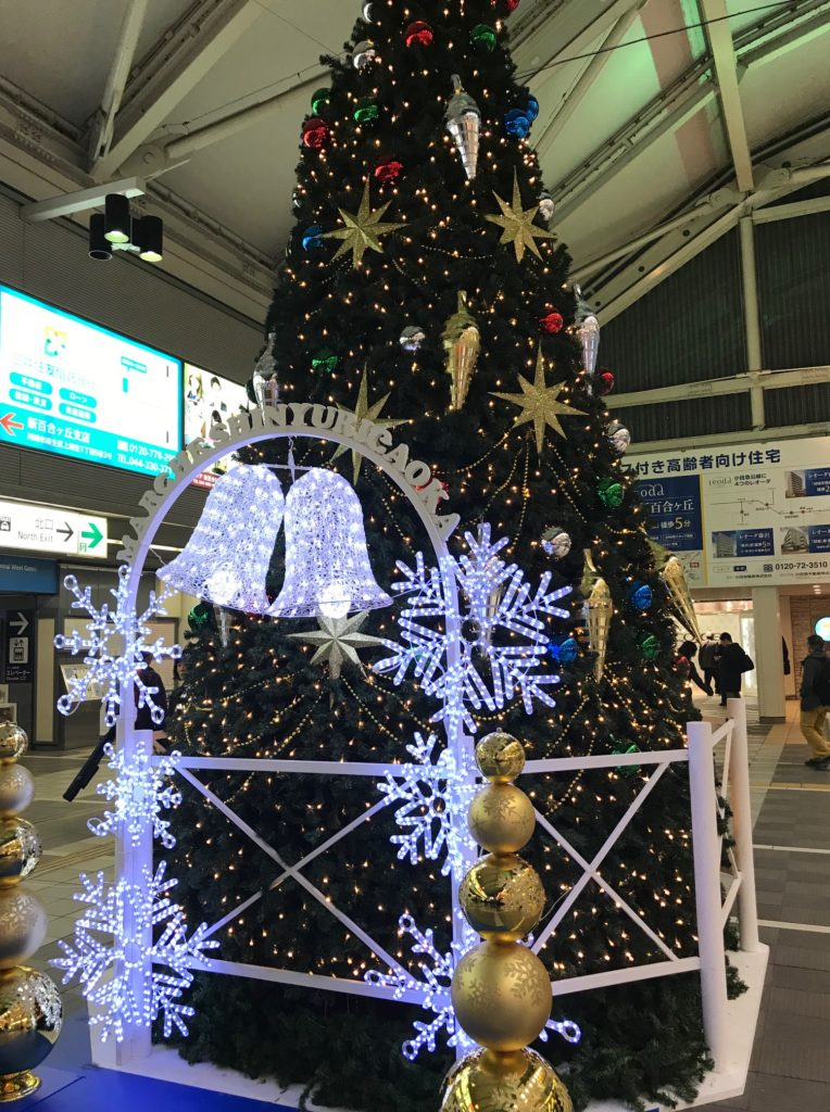 最寄り駅の改札口出たところにある、巨大クリスマスツリー